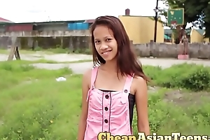 フィリピンの売春婦 Picking up Eighteen yo pinay with perfectly slim body / CheapAsianTeens.com